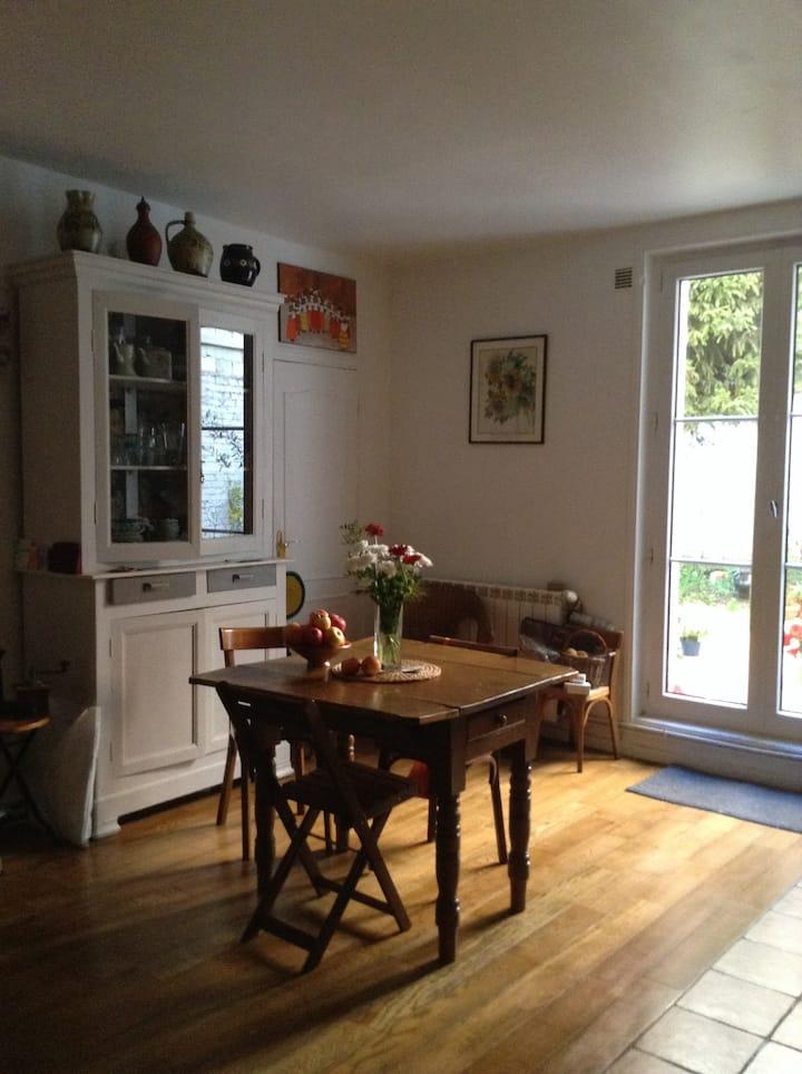 Charmant appartement de 50 m2 en rez-de-chaussée avec terrasse à Vincennes, proche du métro Saint Mandé et du bois de Vincennes.