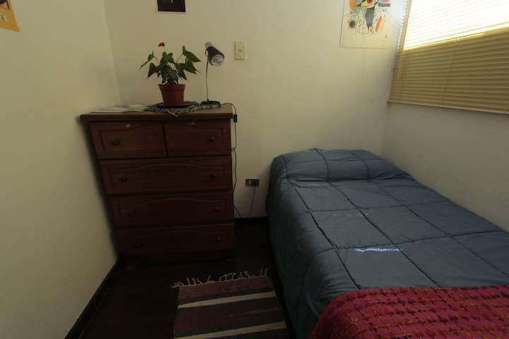 cómoda habitación en agradable departamento