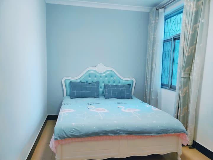 """""""我们家""""民宿位于文山市第一中学高中部附近1.8米单人床房,带有衣柜"""