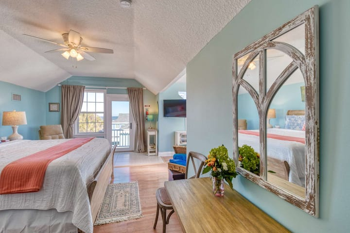 Beachcomber Penthouse at Vilano- Luxurious Retreat with Ocean Views from King Bed, Free Attractions