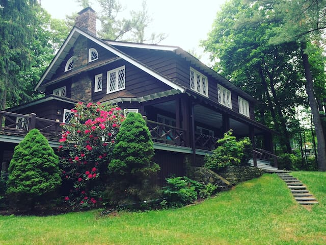 Charming & Historic Mountain Retreat at Lake Naomi - Pocono Pines - Casa de férias