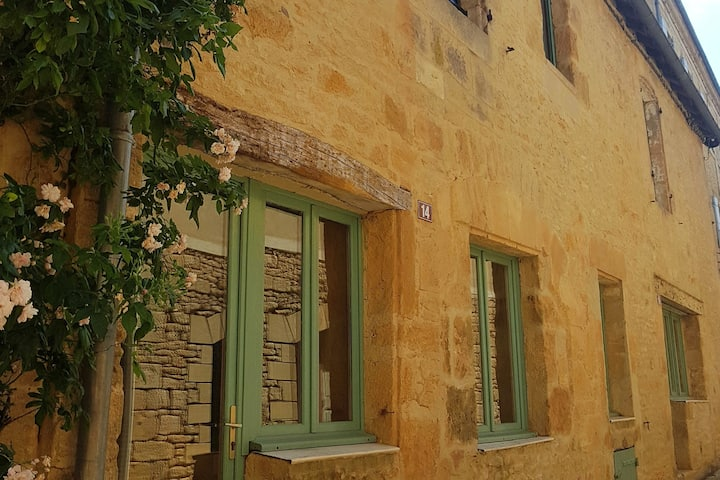 Intown typical stone house 2 bedrooms 4 pers wifi