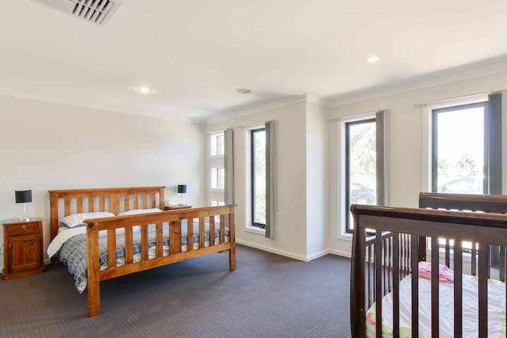 Park View - Charming 3BR Retreat 22 km to Melborne - Point Cook - Casa