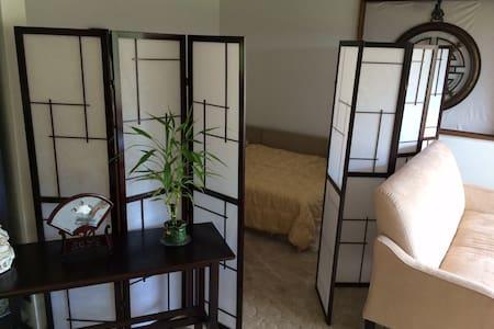 D bed, private bath & light b-fast - Casa