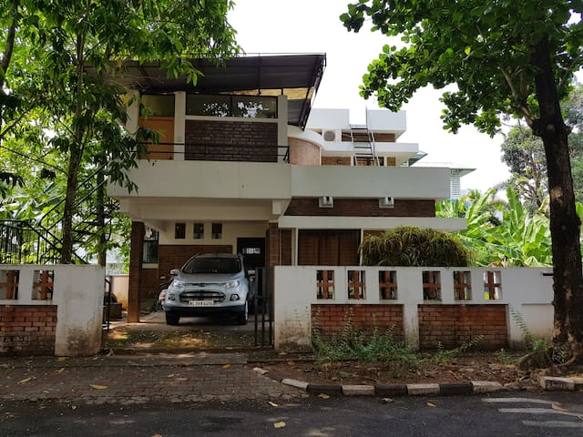 Quiet and private 3 bedroom Villa within the city