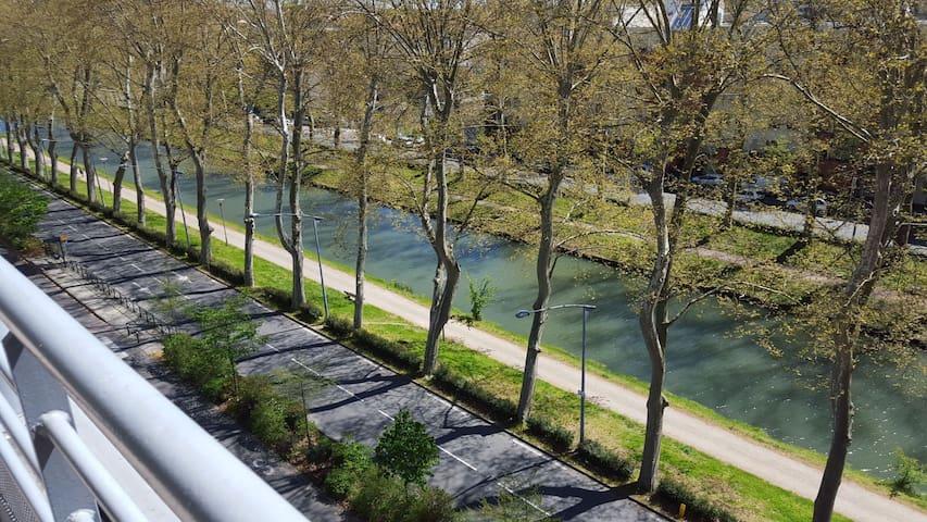 Duplex toit terrasse au bord du canal du Midi.