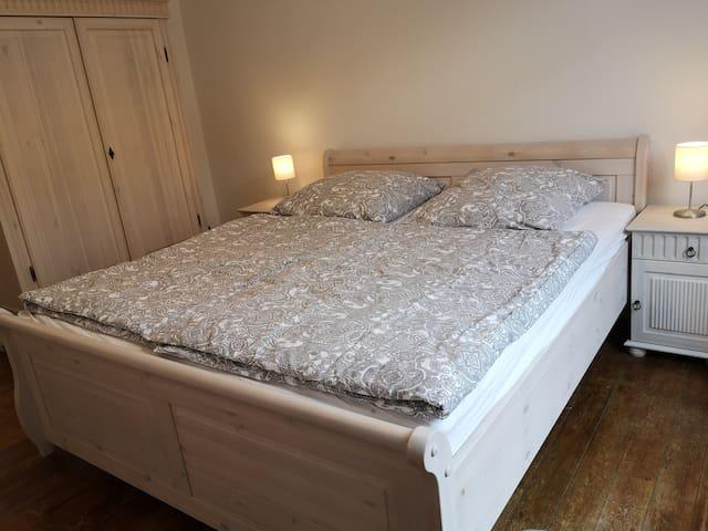 King Size Bett und geräumiger Schrank