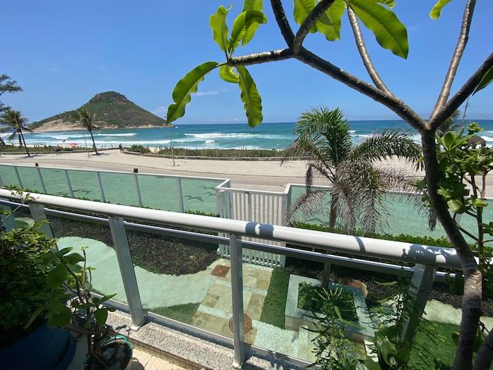 Ap em frente à praia com varanda de vista pro mar!
