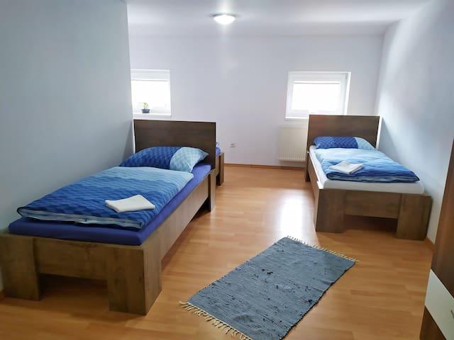 Ubytovanie na Odborárov - Trojlôžková izba č. 2