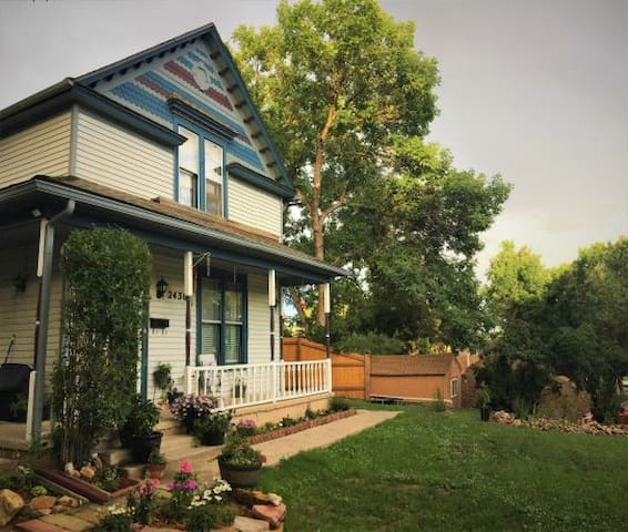 Old Colorado City Victorian- 2 Bed, 1 Bath