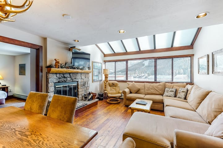 Amazing Condo Near the Slopes W/ Shared Hot Tub, Full Kitchen & Wood Fireplace!