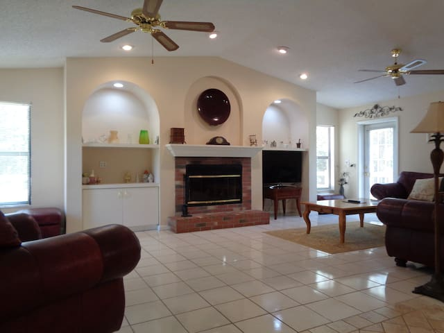 Tampa Cottage - Hot Tub - 4 Bedroom - Spacious