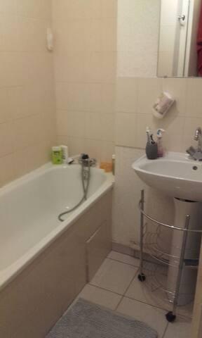 Salle de bain avec ... une énorme baignoire ^^