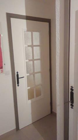 Porte de séparation entre le couloir et l'espace cuisine-salon.