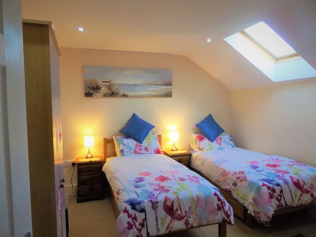 Lovely Twin Room close to Saundersfoot & Tenby