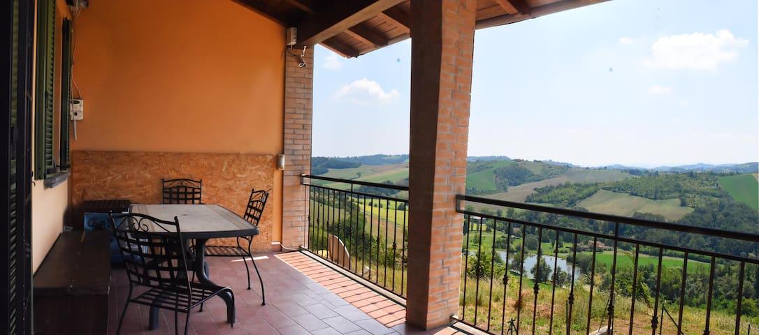 PANORMA: Villa su tre piani tra le colline di Salsomaggiore e Parma