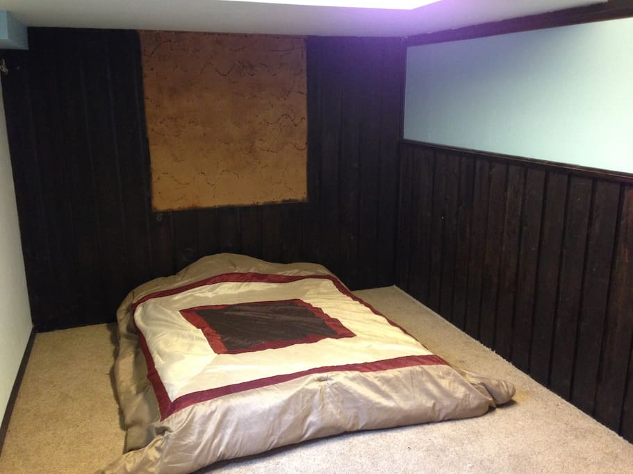 Cool basement bedroom. Fast Internet WiFi.