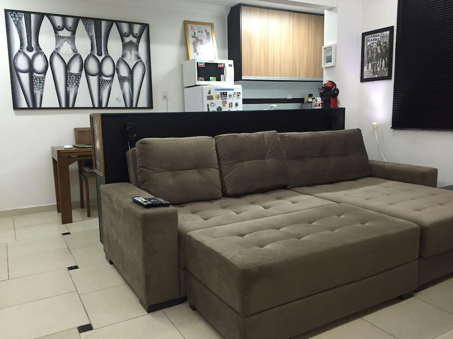 Sofá-cama KING SINZE (2.00 x 2.20 metros) ultra confortável. Cozinha americana, toda equipada, microodas, geladeira, cafeteira Nespresso, panelas,louças, etc...
