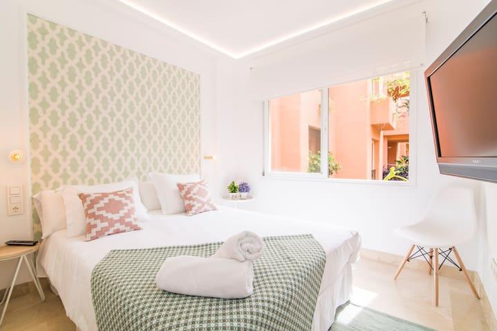 Guest bedroom #2: 150x200cm Queen size bed, TV and built-in closet