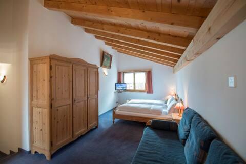 Hotel Postigliun, (Andiast), 59001B-FK, Doppelzimmer Gross mit Dusche/WC, Zusatzbett