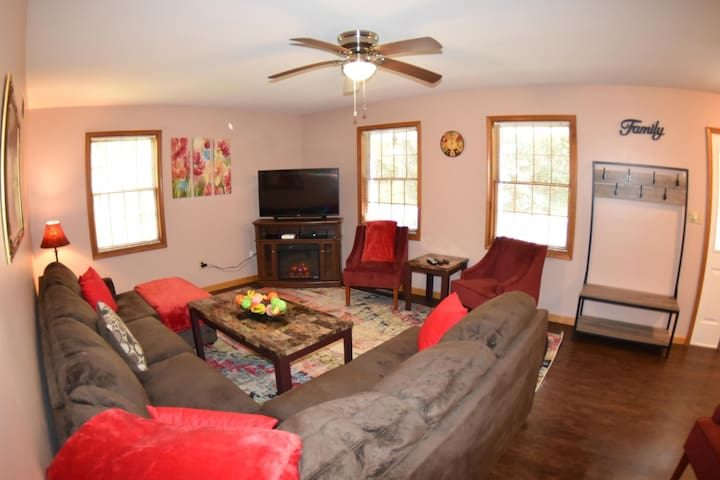 DH - Very private 5 bedroom - hike to the creek and waterfalls!