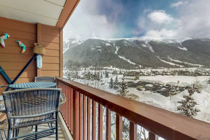 Mountain view condo w/ shared sauna & gym - steps to Super Bee lift!