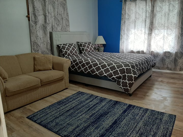 Luxury bedroom/close to center/free parking/wifi