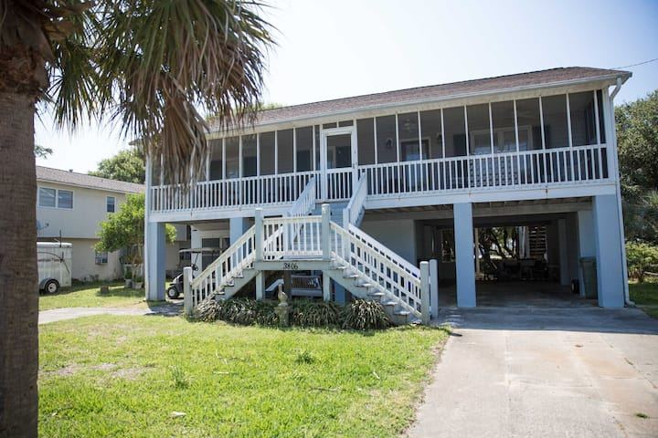 Cute Beach Home close to the beach! Come Relax on the large Screened Porch!