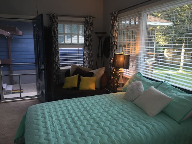 Very private, charming room, minutes to downtown! - Madison