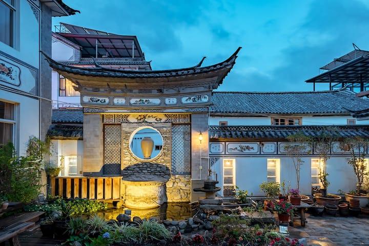 古城边闲庭小院古典木屋精致榻榻米房
