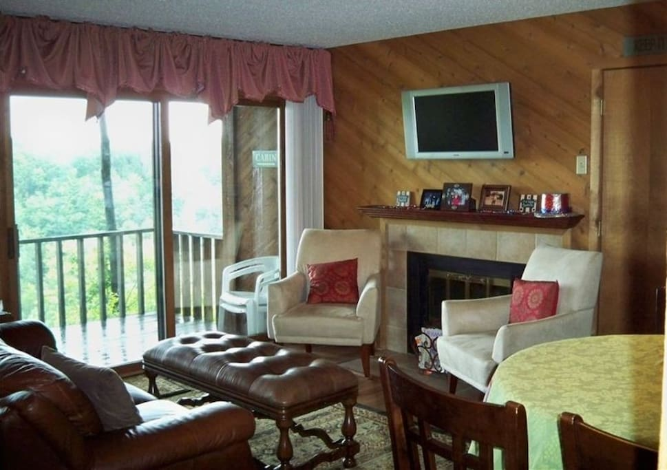 Cozy, clean! Wood fireplace, dining table for 4, flat screen TVs, stunning view from inside & out.