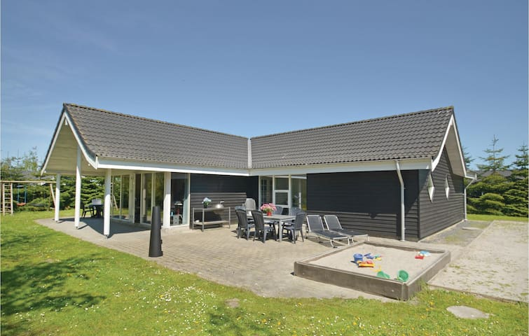Holiday cottage with 4 bedrooms on 210m² in Væggerløse
