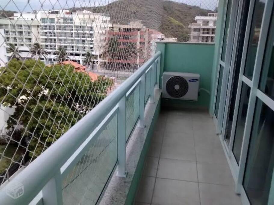 Tela de proteção em tds as janelas e varandas. Apartamento de frente.