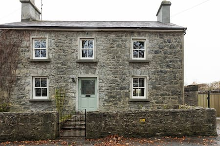 Sean Bhaile (Old House)- sleeps 9. 15 mins to city - Clarinbridge - Casa