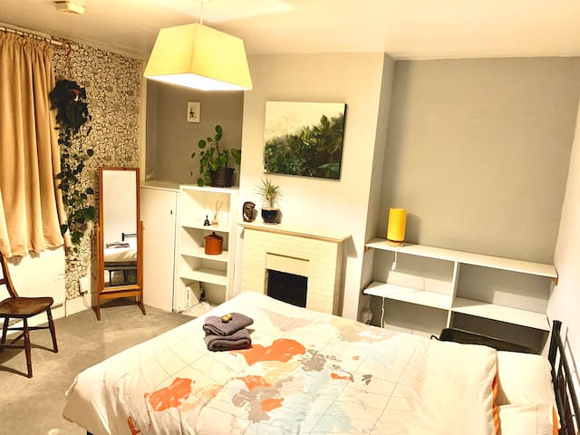 Large 1bedroom flat with own entrance and kitchen