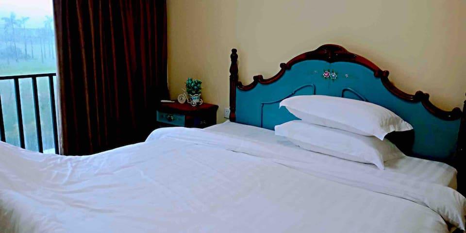 小卧室内摆有一张180的欧式大床