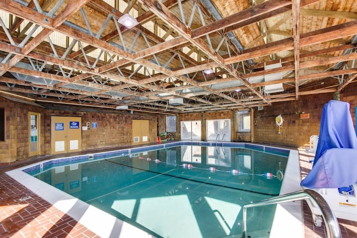 Dog-friendly studio w/ shared pool, hot tubs, & dock - bay views, walk to beach!