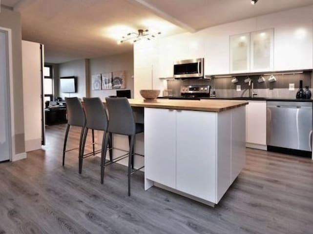 Lovely Condo. Downtown/University. Free Parking!