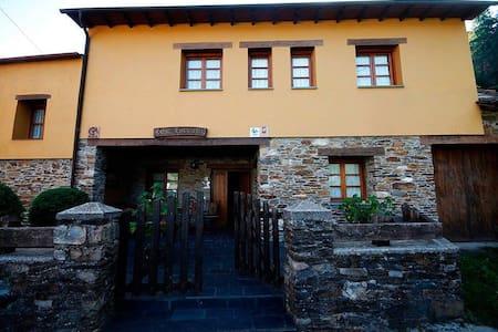 Casa Xuaquin en Moal, Cangas del Narcea