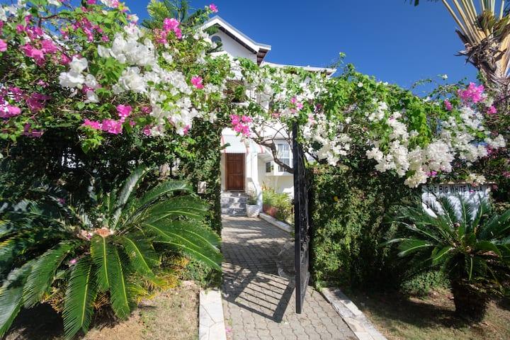The Big White Villa (7 Bedrooms inc. Housekeeper)