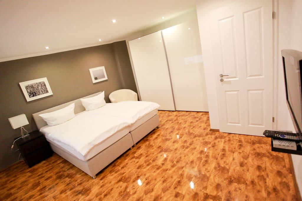 Schlafzimmer mit 180-cm Doppelbett und Flat-TV