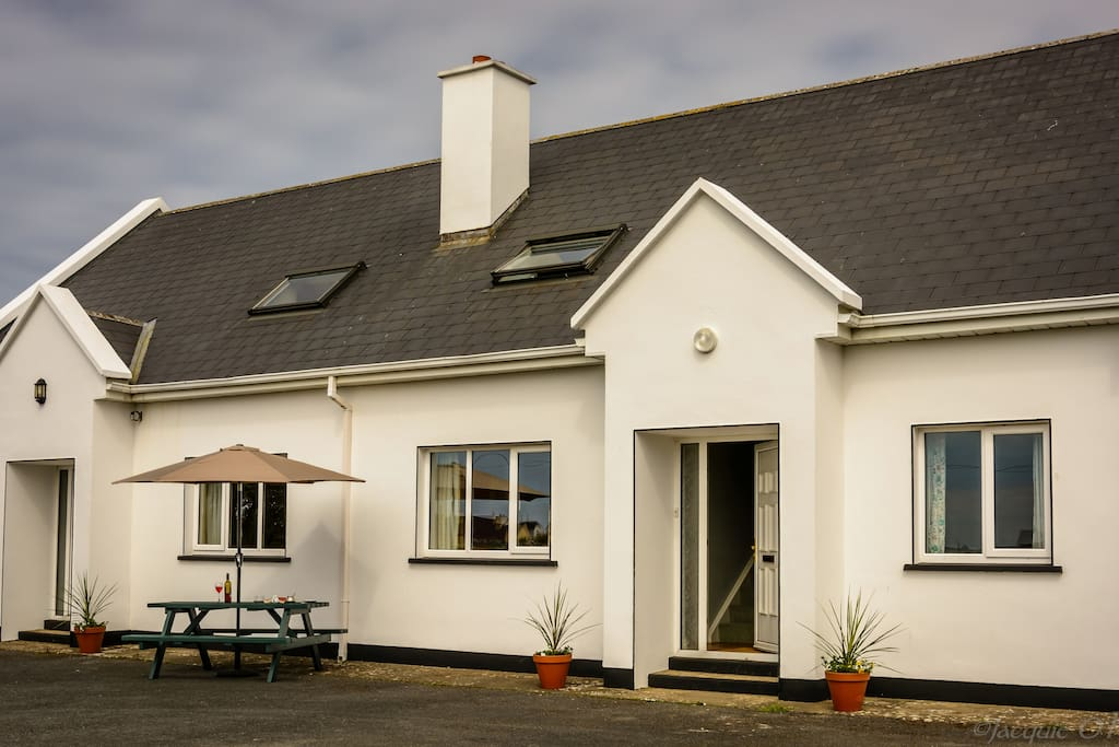The Piper's Rest is situated on a quiet country road, just a 2 minute stroll from some of Doolin's famous traditional Irish music pubs.