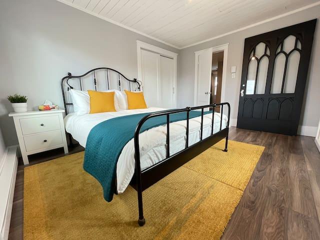 Chambre ÉGLISE étage avec lit queen. Avec une vue magnifique de l'église catholique de Baie-Saint-Paul