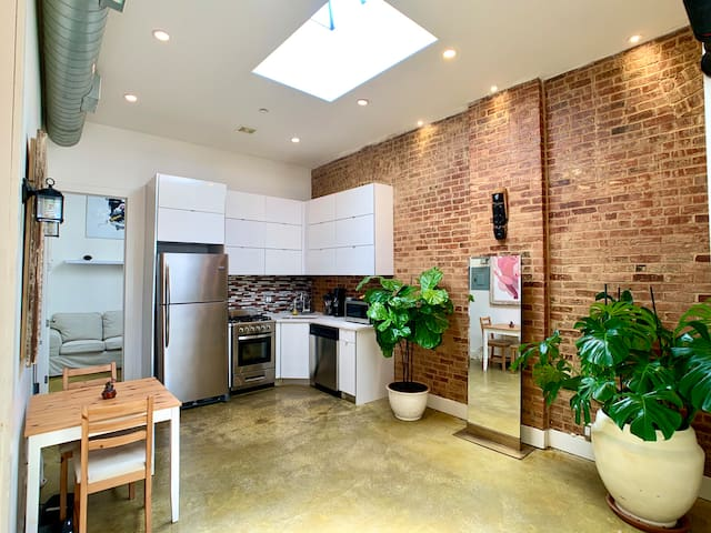 Brooklyn Room with private bathroom (furnished)