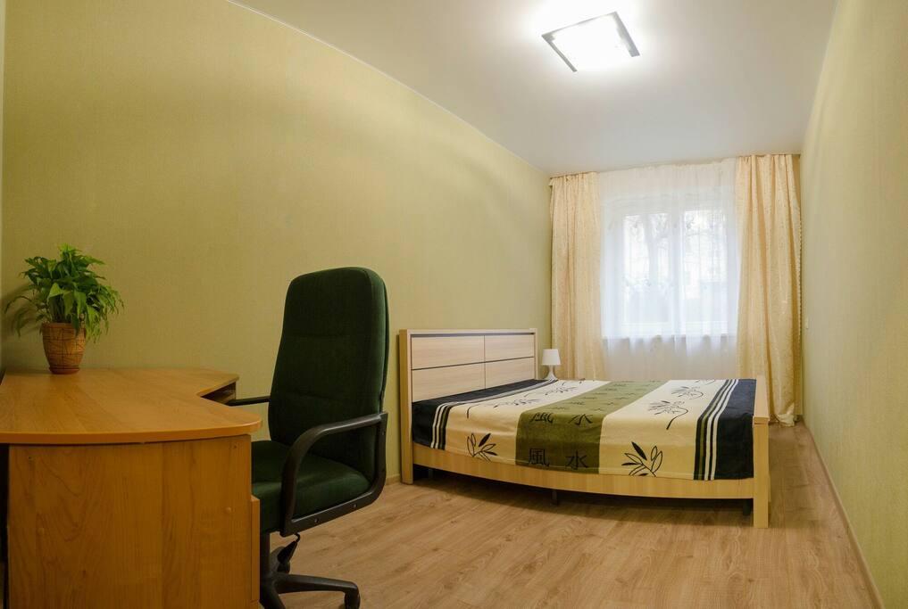 Спальня с кроватью 160x200, передвижной вешалкой и письменным столом