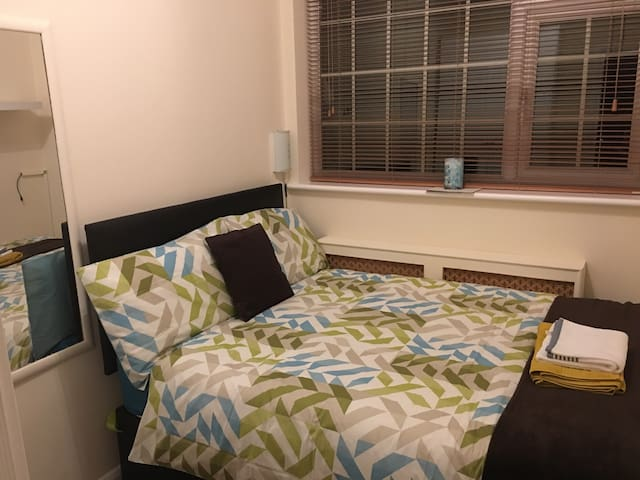 Single room with DOUBLE Bed FAST WiFi FREE PARKING