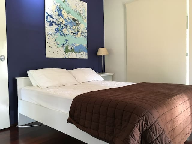 Bedroom Two (Queen Bed)