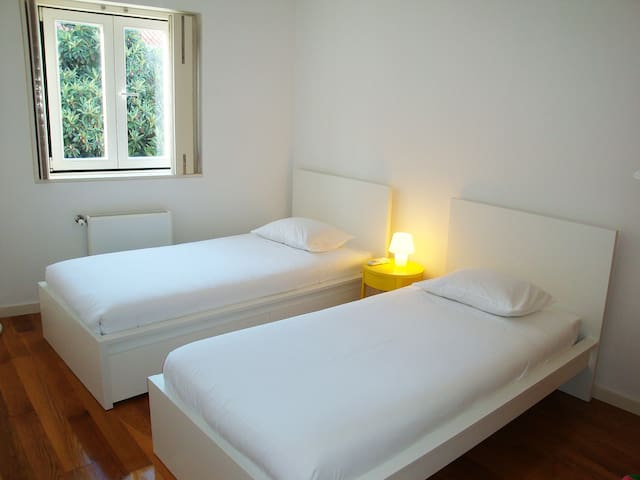 Third room (2 single beds)