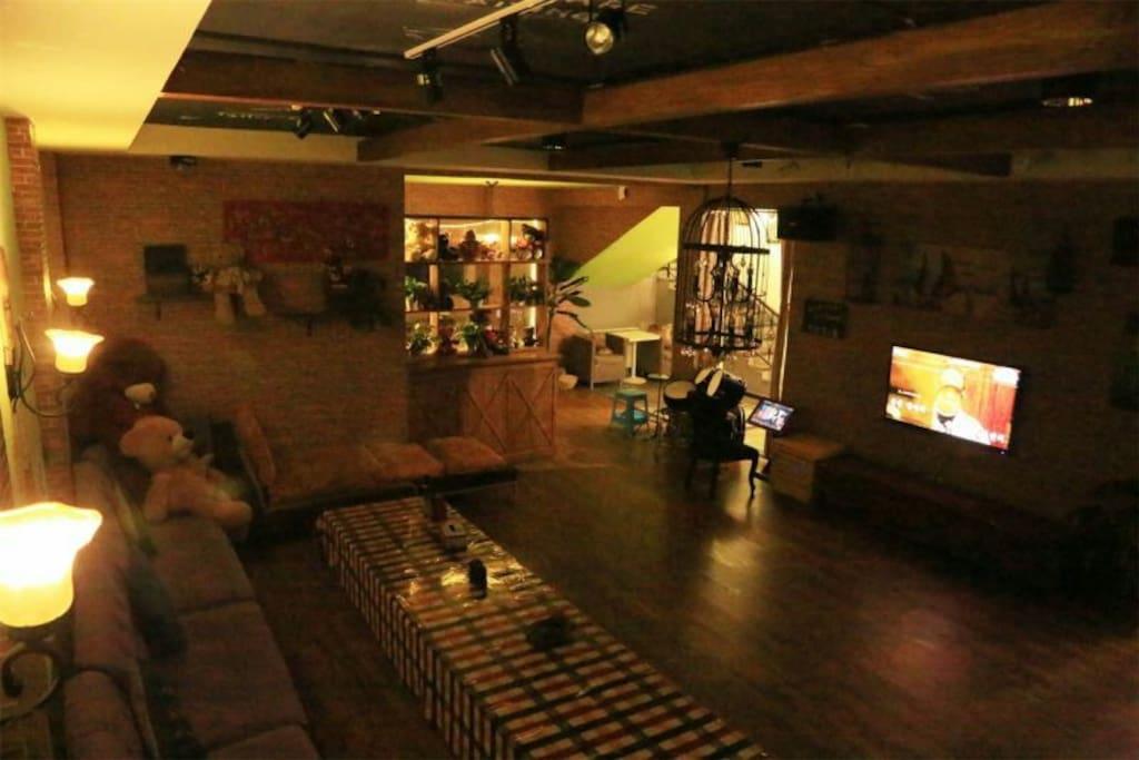 暗灯下的一楼客厅全景图,有空调,电视,ktv,等
