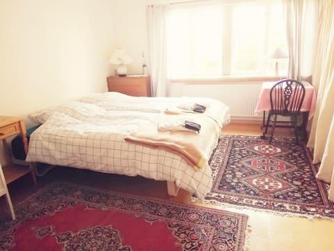Stort, lyst soveværelse med køkken og egen indgang